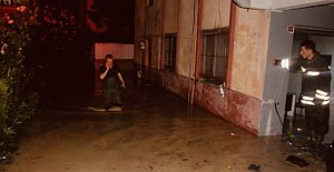 Sağanak Yağmurda Ev ve İşyerlerini Su Bastı