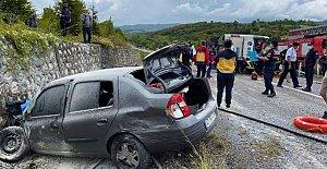 Otomobille çarpışan otobüs devrildi: 3 ölü, 1 yaralı