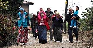Çamurlu yolda çocuklarını sırtlarında taşıyorlar