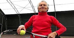 73 yaşında tenis öğreniyor