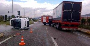 Kamyonla çarpışan otomobilde 2 kişi yaralandı