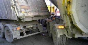 2 TIR arasında sıkışan sürücü yaralandı