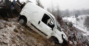 Hafif ticari araç kontrolden çıktı: 4 yaralı