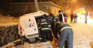 Kontrolden çıkan araç direğe çarptı: 2 ölü 1 yaralı