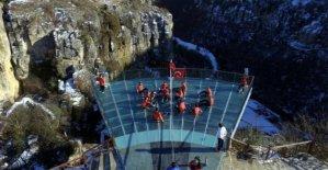 Kanyon terasında oturarak voleybol oynadılar