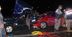 Emniyet şeridinde feci kaza: 8 yaralı