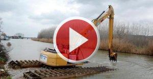 Temizlik için Suya indirilen iş makinesi battı