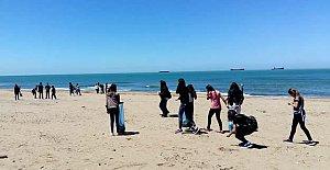 Uluslu Öğrenciler İnkum Plajını Temizledi