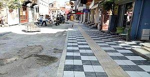 Aşağı Cami Sokak kaldırımlarına granüllü renkli taş