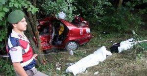 Otomobil ağaca çarptı: 2 ölü, 2 yaralı