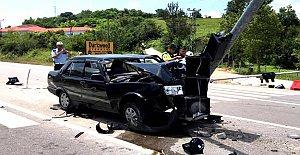 Otomobil Sinyalizasyon Direğine Çarptı: 4 Yaralı