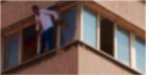 Pencereden kız arkadaşının odasına girdi, babasına yakalandı