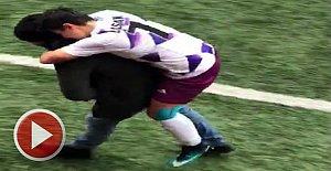 Sakatlanan bayan futbolcusunu sırtında taşıdı