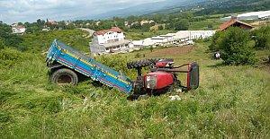 Devrilen traktörün altında kaldılar: 1 ölü, 2 yaralı