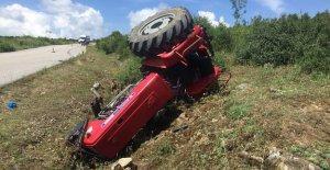 Traktör devrildi; sürücü ve nişanlısı yaralandı