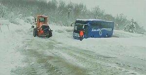 4 Saat Mahsur Kalan Otobüs Kurtarıldı