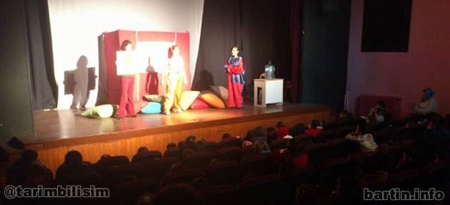 Tiyatro çocuklarla şenlendi