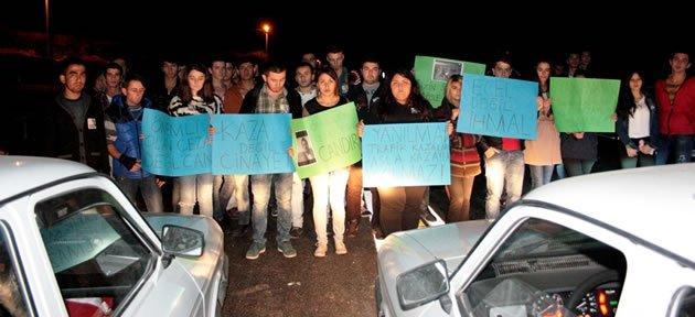 Trafik Kazasında Ölen Gencin Arkadaşları Eylem Yaptı