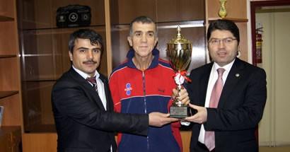 Tunç'tan şampiyon maratoncuya tebrik
