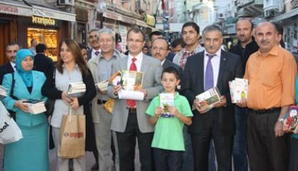 Türk Eğitim-Sen kitap dağıttı