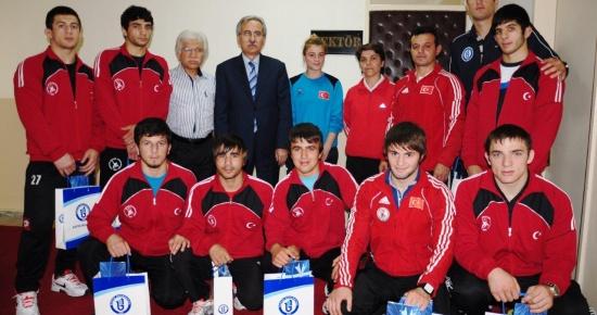 Türkiye Şampiyonu güreşçilerden rektöre ziyaret