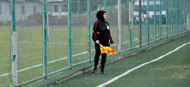 Türkiye'nin İlk Türbanlı Hakemi Sahaya Çıktı