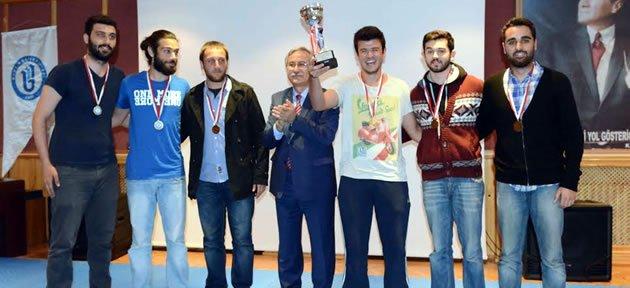 Üniversiteli Şampiyonlar Kupalarını Aldı