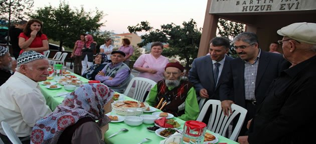 Vali Çınar Huzurevi'nde