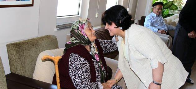 Vali Çınar ve Eşi Huzurevi'nde