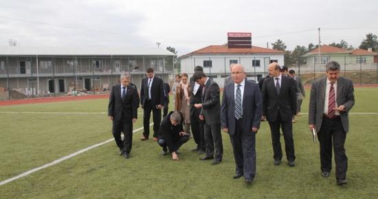 Vali Savur Ömertepesi Stadyumu'nda incelemelerde bulundu