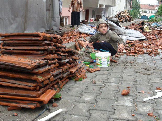 Bartin firtina sonrasi çatisi uçan evin önünde oynayan çocuk