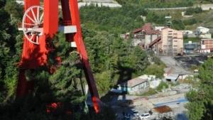 İşten çıkarılan madenciler, 50 metre yükseklikte eylem yaptı