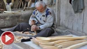 74 yaşında, ağaçtan kaşık yaparak ailesine katkı sağlıyor