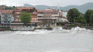 Bartın'da kayalıklara çarpan dalgaların boyu 3 metreyi buldu