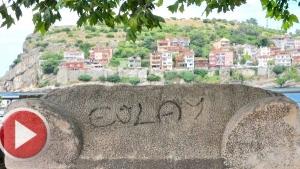 Amasra'da 3 bin yıllık lahit mezara spreyle yazı