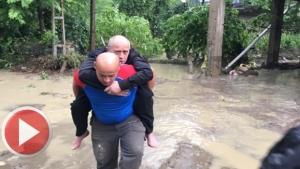 Hasankadı'daki Selde Mahsur Kalanlar Kurtarılıyor